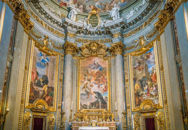 Huvudsakligt altare med platser från livet av St Ignatius av Andrea Pozzo, i kyrkan av St Ignatius av Loyola i Rome, Italien arkivbild