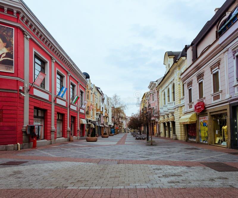 Huvudsakligt fot- område i mitten av den Plovdiv staden i Bulgarien - inga personer arkivbild