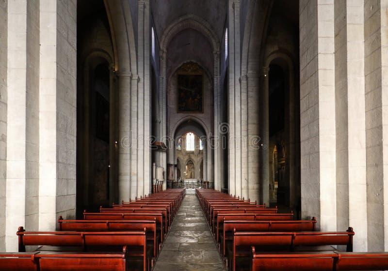 Huvudsakligt skepp och altare i den helgonTrophime domkyrkan i Arles, Frankrike Bouches-du-Rhone arkivfoto