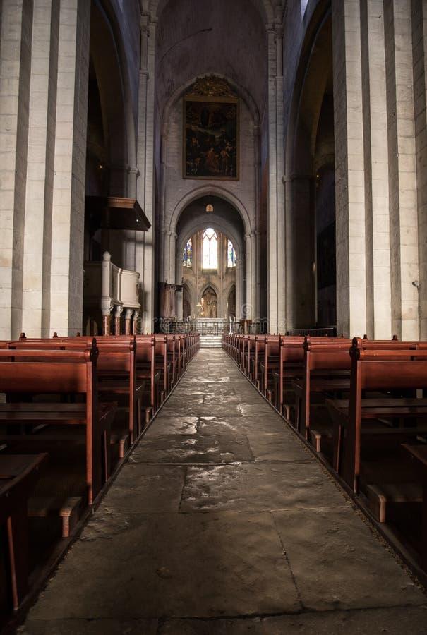 Huvudsakligt skepp och altare i den helgonTrophime domkyrkan i Arles, Frankrike Bouches-du-Rhone Frankrike royaltyfria foton