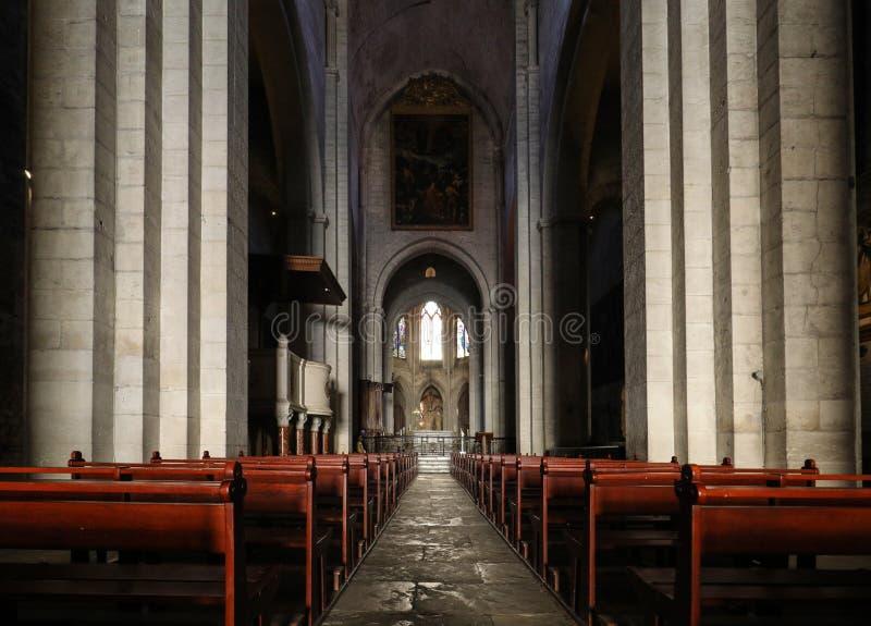 Huvudsakligt skepp och altare i den helgonTrophime domkyrkan i Arles, Frankrike Bouches-du-Rhone Frankrike arkivfoton