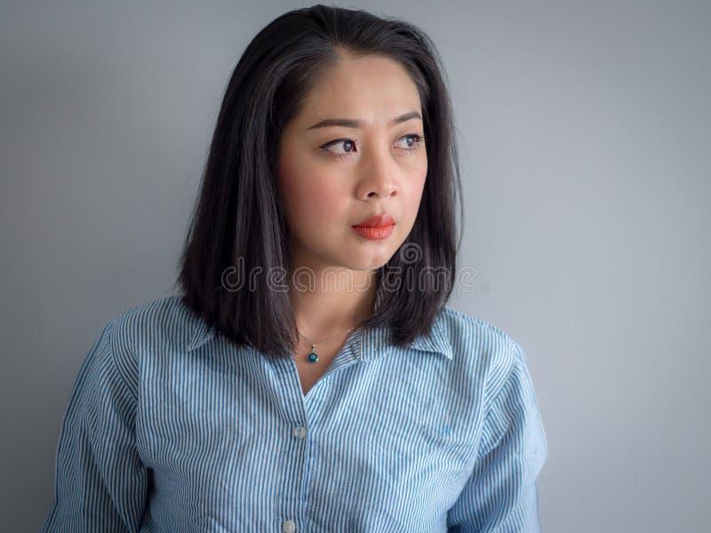 Huvudskottstående av den asiatiska kvinnan arkivfoto