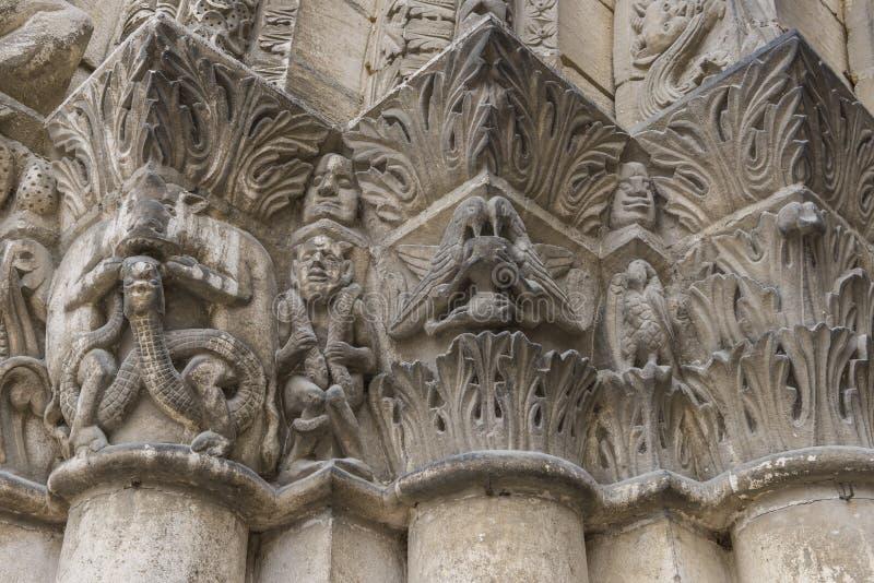 Huvudstäder på den Pilars kyrkan Chatellerault fotografering för bildbyråer