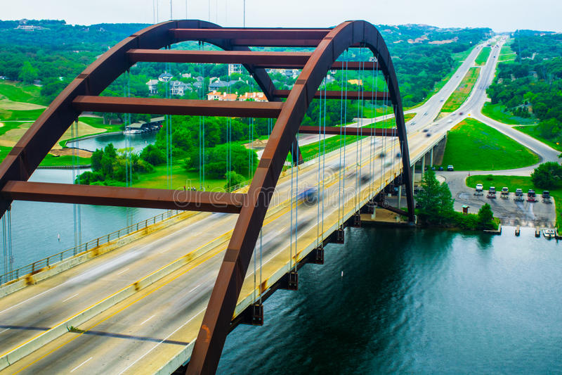 Huvudstad för huvudväg för Pennybacker bro 360 av Texas Bridge Close övre rörelse royaltyfri fotografi