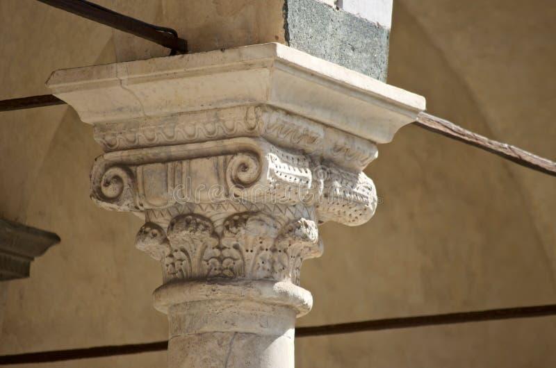 Huvudstad för marmor för Pistoia domkyrka medeltida dekorerad royaltyfri bild