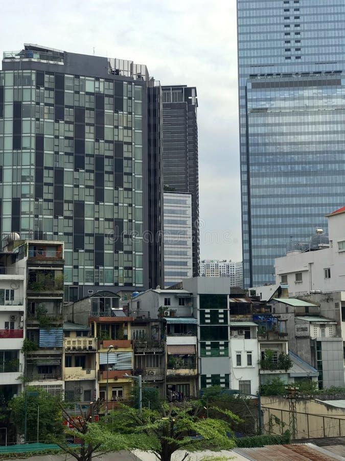 Huvudstaden av Cambodja är Phnom Penh Sikt av skyskraporna och slumkvarteren arkivfoton