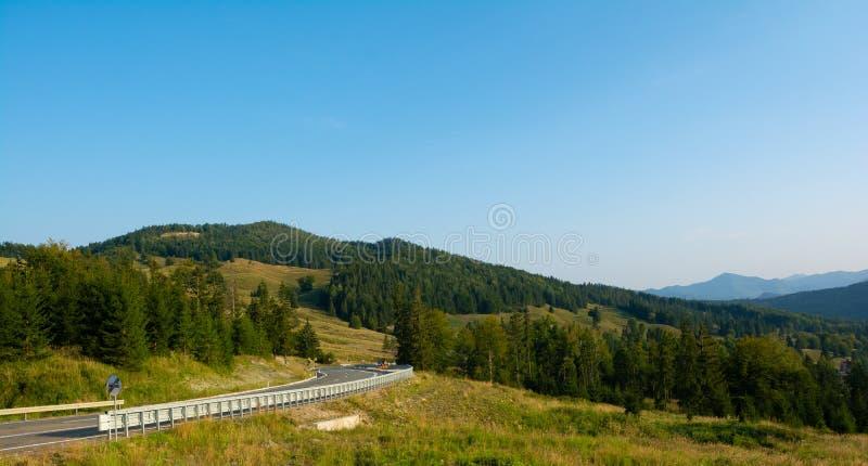 Huvudväg i Carpathian berg i Rumänien, Europa Putna-Vrance arkivfoto