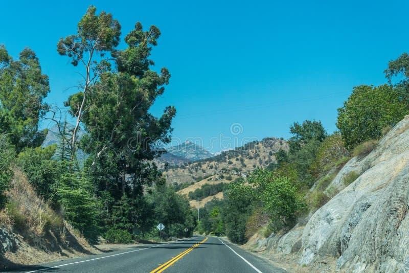 Huvudväg i lantliga Kalifornien, USA Sommartur till och med bergen av Sierra Nevada royaltyfri bild
