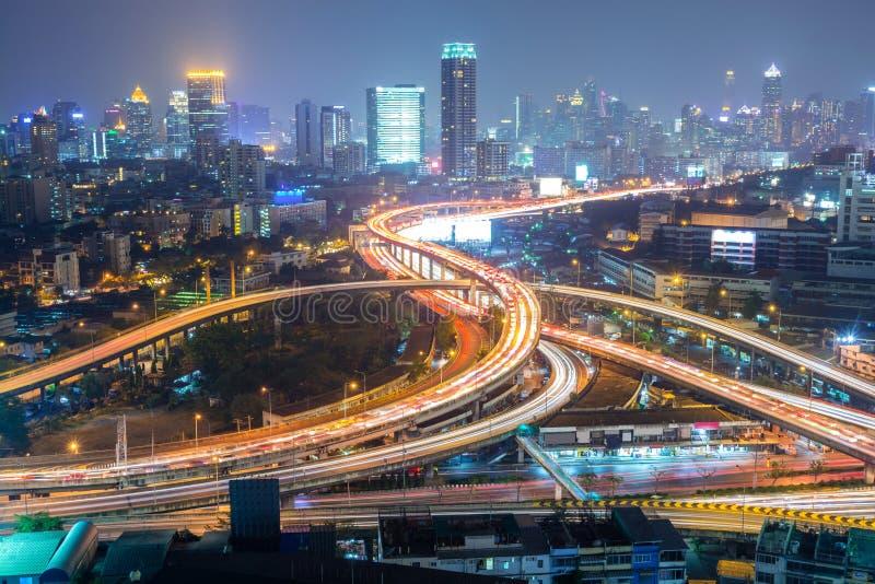 Huvudväg i staden av Bangkok på natten fotografering för bildbyråer