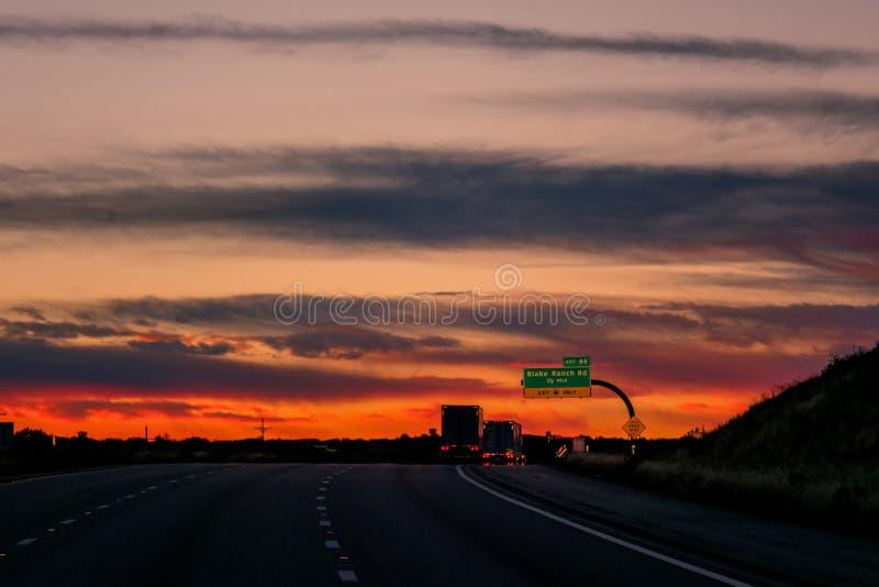 Huvudväg med brandmoln royaltyfri fotografi