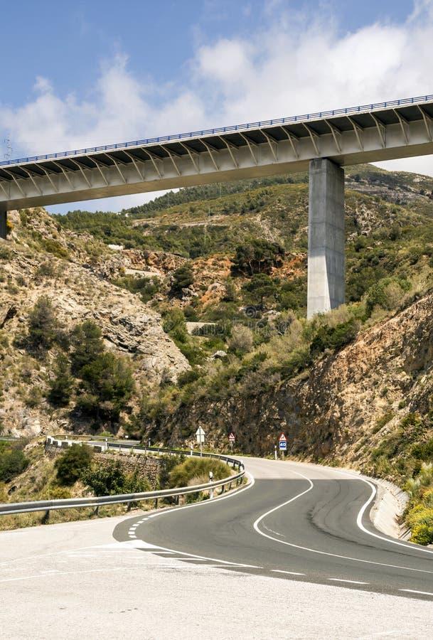 Huvudväg med en bro arkivbild