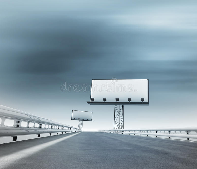 Huvudväg med två affischtavlor afar med den suddiga skyen royaltyfri illustrationer