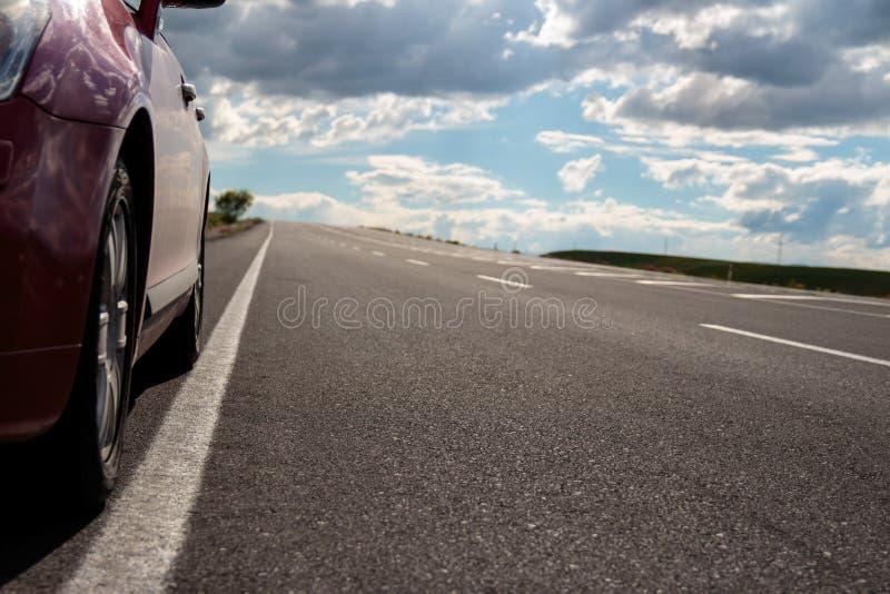 Huvudväg och bil royaltyfria foton