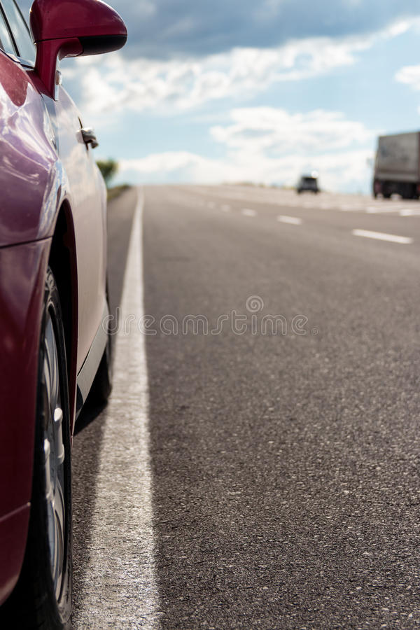 Huvudväg och bil royaltyfria bilder
