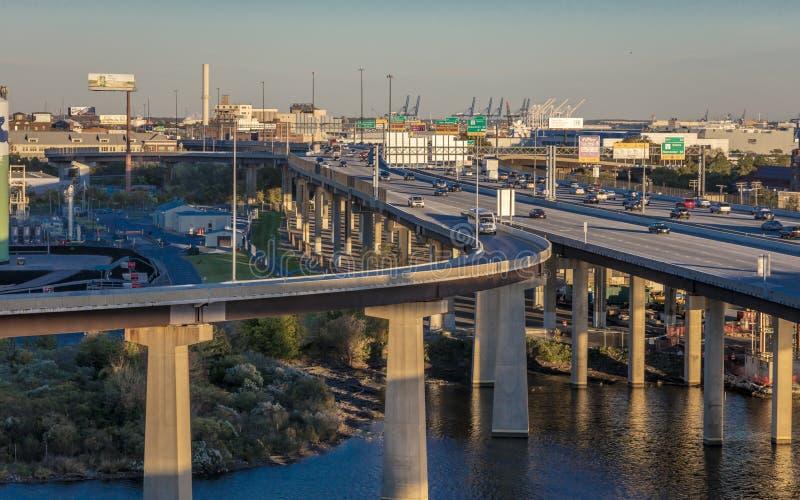 Huvudväg- och bilkörning till Baltimore, Maryland arkivfoton