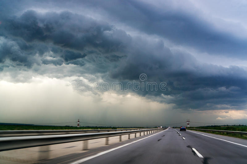 Huvudväg och stormhimmel royaltyfri fotografi