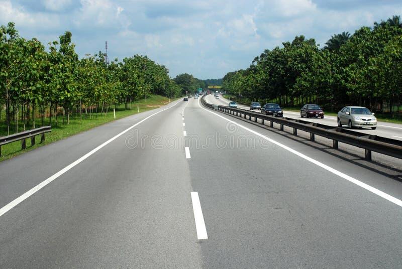 Huvudväg och trees royaltyfri foto