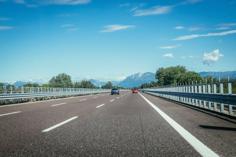 Huvudväg på en solig sommardag som reser royaltyfri bild