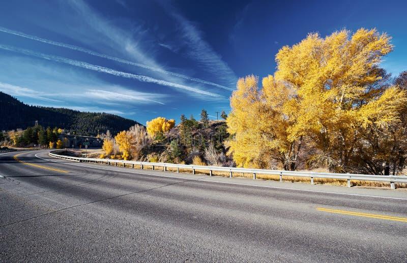 Huvudväg på hösten i Colorado, USA royaltyfri fotografi