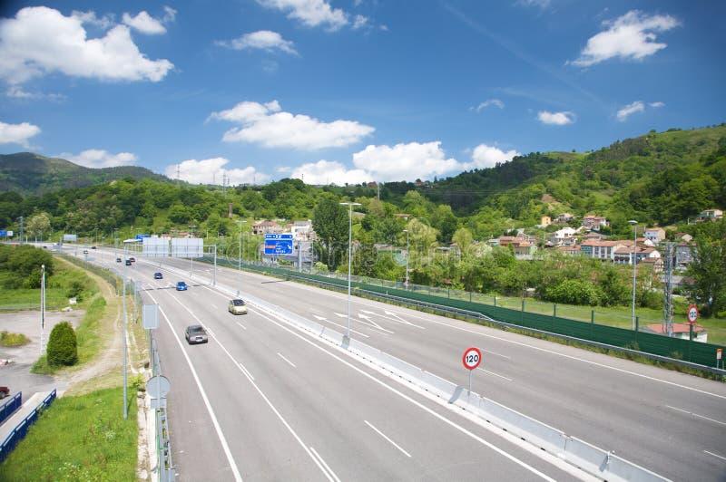 Huvudväg på langreo asturias royaltyfri bild