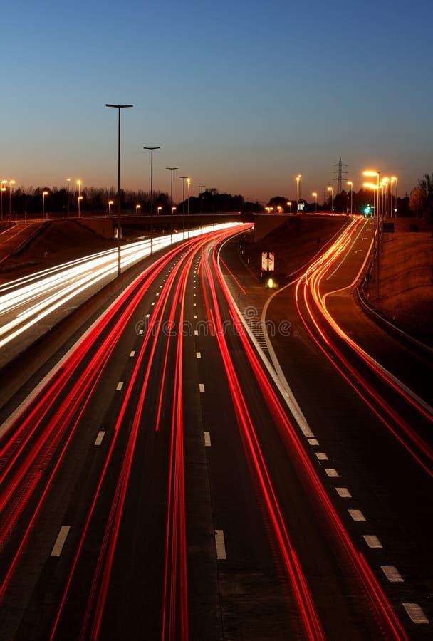 Huvudväg på natten royaltyfria bilder