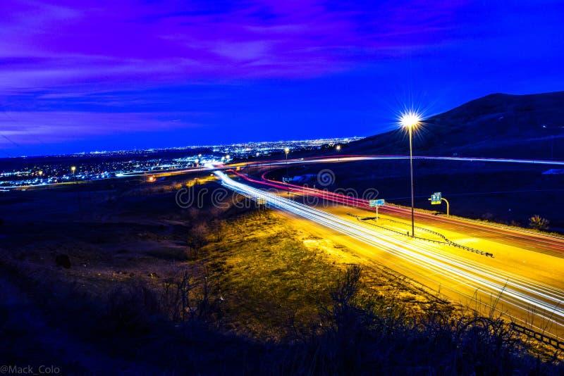 Huvudväg på natten arkivbilder