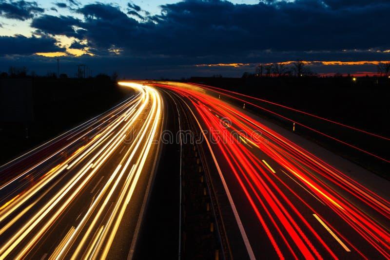 Huvudväg på natten i lång exponering royaltyfri foto
