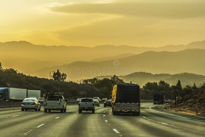 Huvudväg som heading till Los Angeles arkivfoto