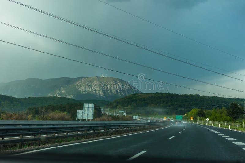 Huvudväg som leder in i storm fotografering för bildbyråer