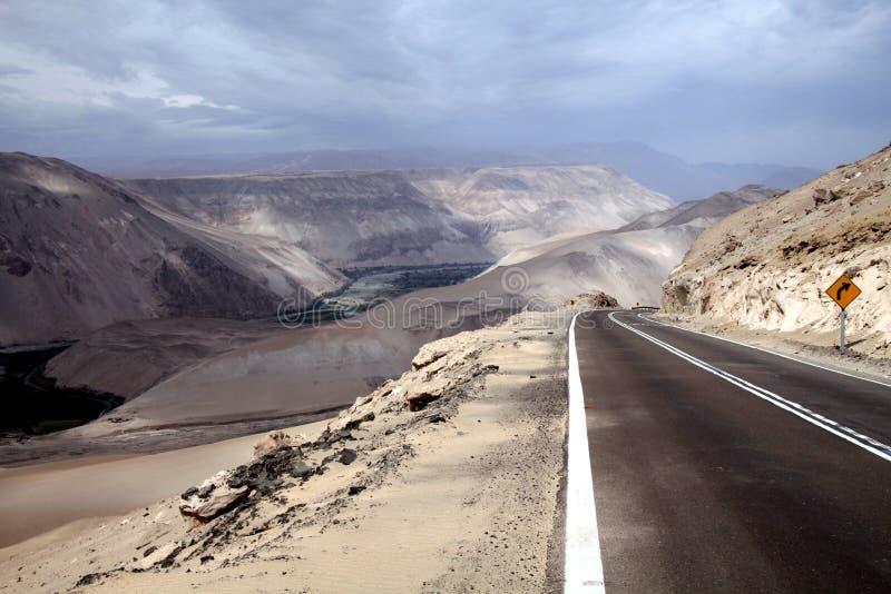 Huvudväg till och med Cordillera de la Sal Salta berg med den suddiga horisonten, Atacama öken arkivfoton