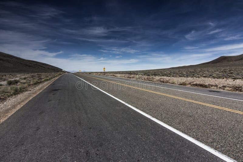 Huvudväg till och med Death Valley på det Towne passerandet royaltyfria foton
