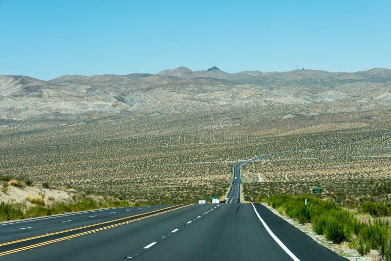Huvudväg USA 395 till och med Mojaveöknen, med sikter av öknen royaltyfri foto