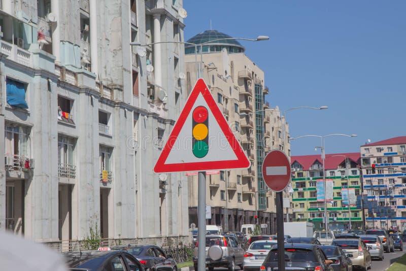 Huvudväg, vägtrafik med bilar och lastbilar framåt lång väg arkivbilder