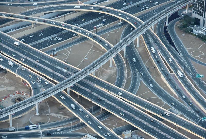 Huvudvägar i i stadens centrum Dubai arkivfoto