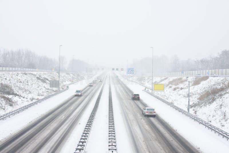 Huvudvägen A9 near Amsterdam Nederländerna i snowstorm arkivfoto