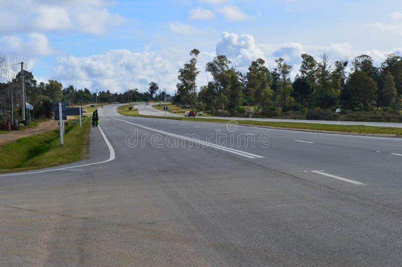 Huvudvägen dubblerade som tar kusten av Uruguay arkivbild