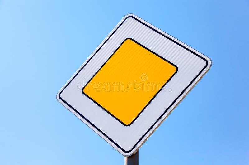 Huvudvägen för trafiktecken royaltyfria bilder