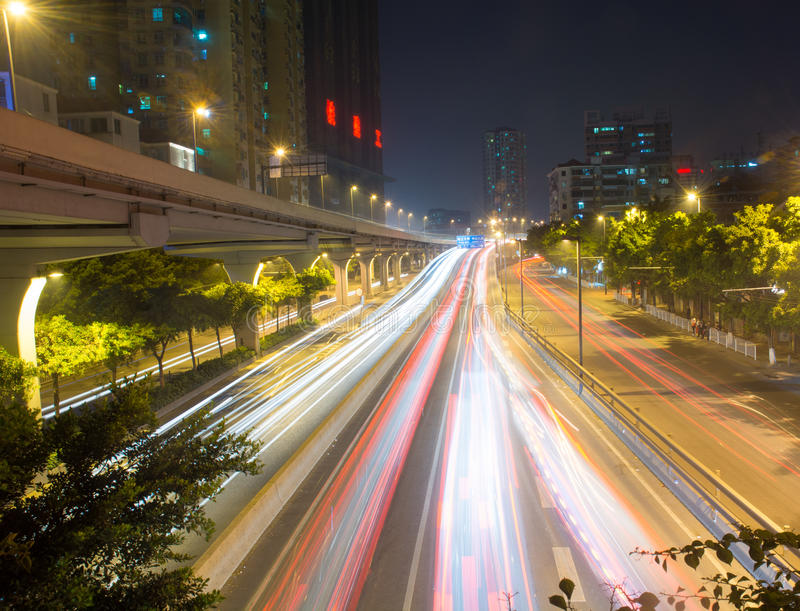 Huvudvägen på natten royaltyfria bilder