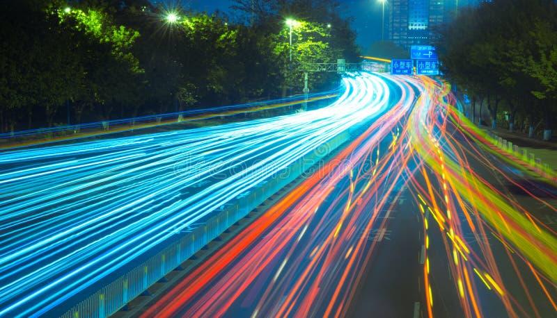 Huvudvägen på natten arkivbild
