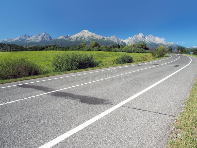 Huvudvägen som leder till höga Tatras i sommar royaltyfri bild
