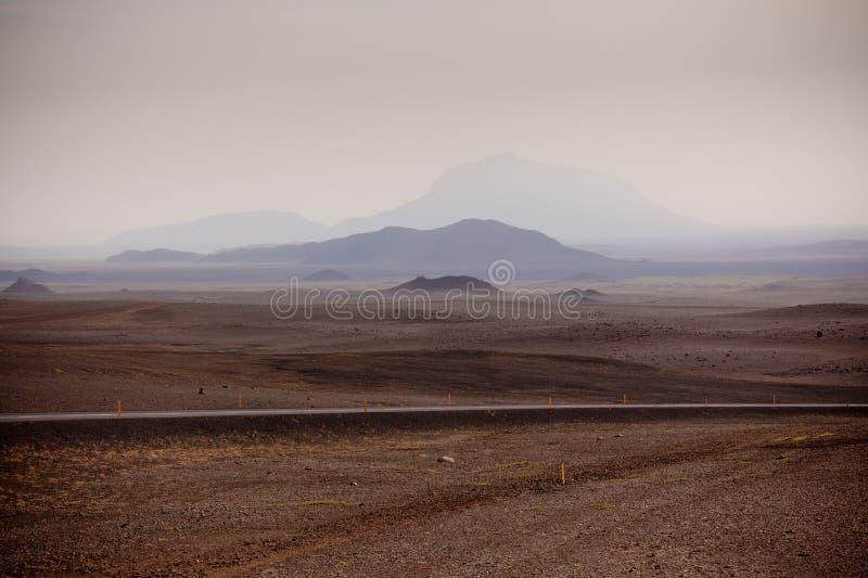 Huvudvägen till och med Island berg landskap royaltyfri fotografi