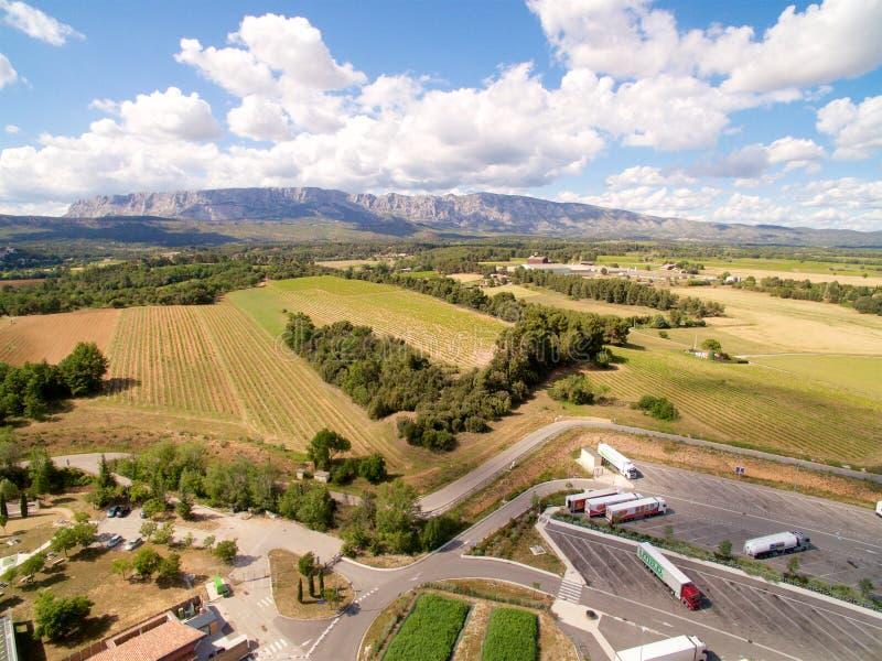 Huvudvägstoppområde som omges av det lantgårdfältet & berget royaltyfria foton