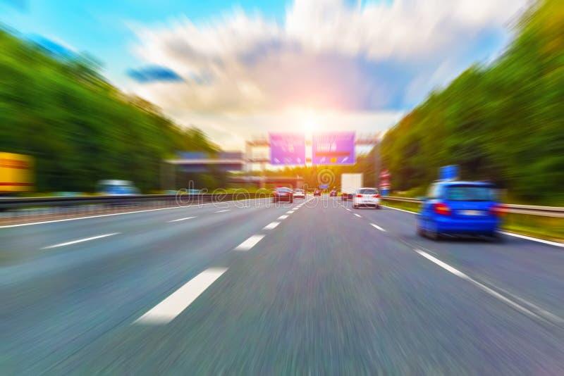 Huvudvägtrafik med effekt för rörelsesuddighet royaltyfria foton