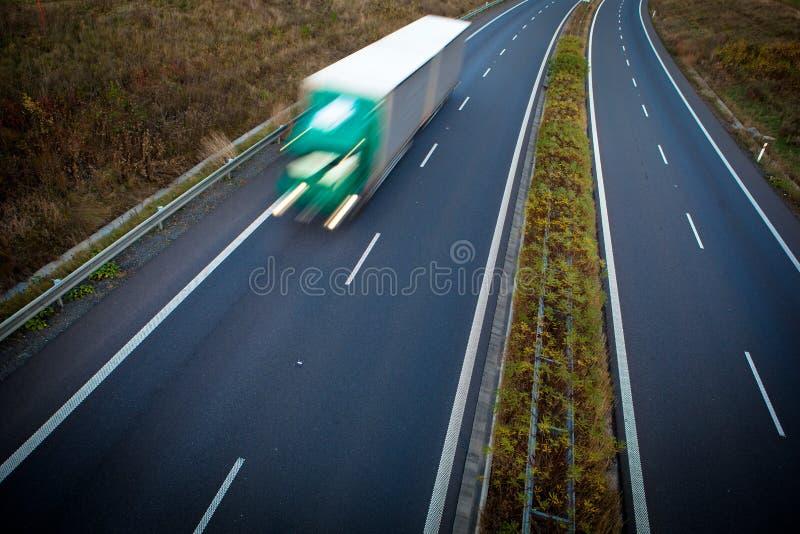 Huvudvägtrafik - rörelse suddighet lastbil arkivfoton
