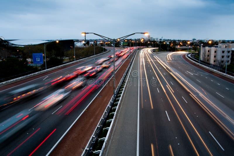 Huvudvägtrafiksikt på skymning i Perth, Australien royaltyfria foton