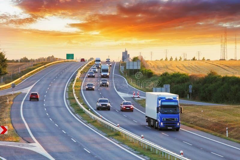 Huvudvägtrans. med bilar och lastbilen arkivbild
