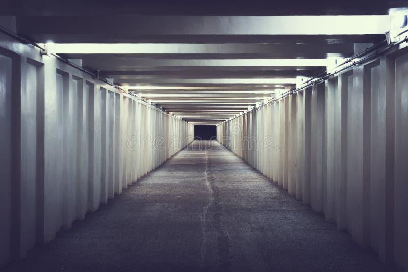 Huvudvägtunnel inre stads- trafiktunnel Övergångsställe under vägen Underjordisk passage royaltyfria foton