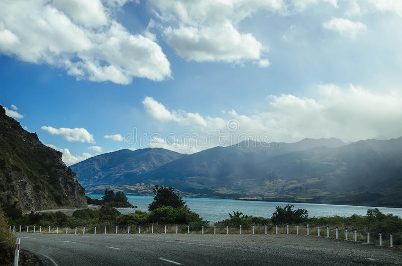 Huvudvägvägmotorväg nära sjön Wanaka royaltyfria bilder