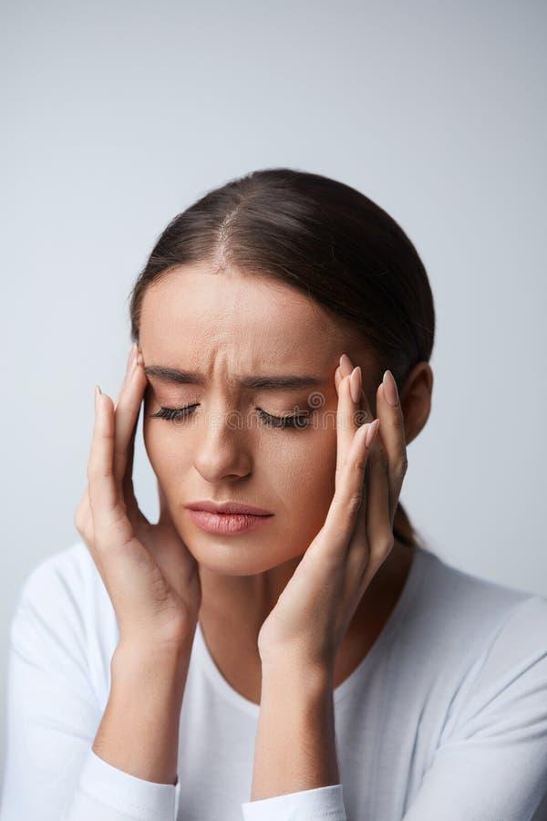 Huvudvärk Den härliga kvinnakänslaspänningen och det starka huvudet smärtar royaltyfria foton