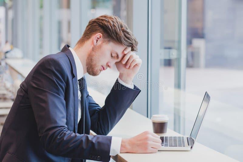 Huvudvärk- eller krisbegrepp, trött ledsen affärsman royaltyfria foton